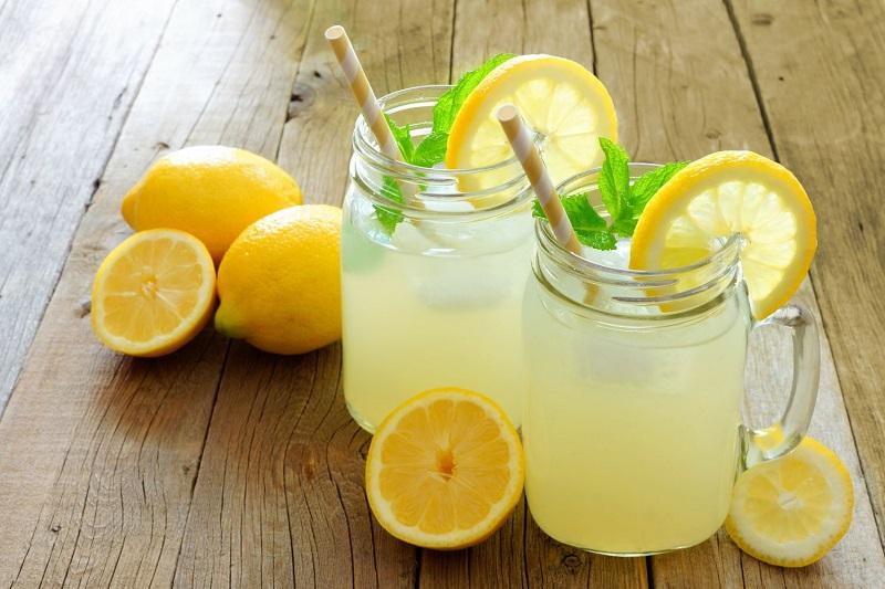 Boire de l'eau avec du citron fait-il vraiment maigrir ?
